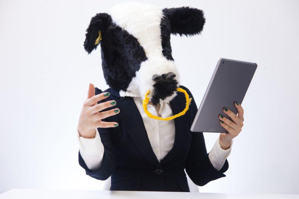 情報を伝えようとする牛子
